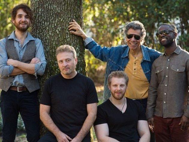 Do kapely přizval Chick Corea (druhý zprava) špičkové instrumentalisty: na bicí hraje Marcus Gilmore, na baskytaru Hadrien Feraud, na saxofon další Coreův oblíbenec Tim Garland a na kytaru nový objev z Los Angeles, Charles Altura.