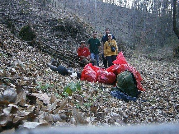Plastové lahve, staré pneumatiky i použité injekční stříkačky našli dobrovolníci při letošním čištění 211 kilometrů břehů řeky Moravy a jejích přítoků.