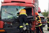 Hromadná nehoda se stala na 190. kilometru dálnice D1. Havarovala dvě nákladní auta, dodávka a motorka.