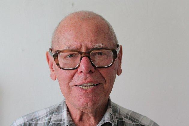 Emil Štěpán, 79let, zaměstnanec Katastrálního úřadu vPelhřimově, za války navštěvoval obecní školu ve Vyskytné