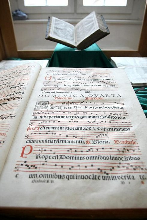 Výstava v Rajhradě - Listování, hudební záznamy v rukopisech a starých tiscích.