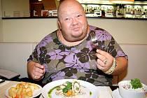 Karel Heřman si své jídlo opravdu užívá
