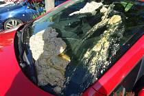 Ženě auto polili zapáchající hmotou.