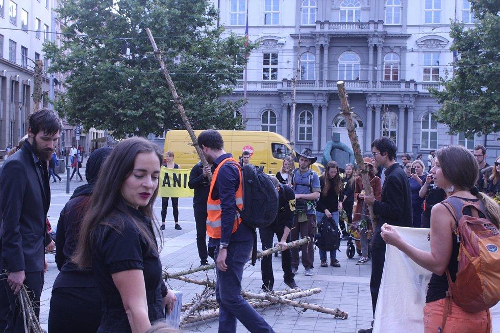 Členové hnutí Extinction Rebellion Brno vpondělí pořádali akci Pohřeb pro naše lesy.