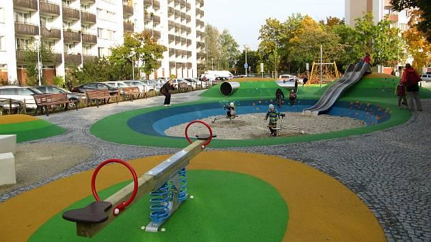 Nově zrekonstruované dětské hřiště v Brechtově ulici na brněnském sídlišti Lesná.