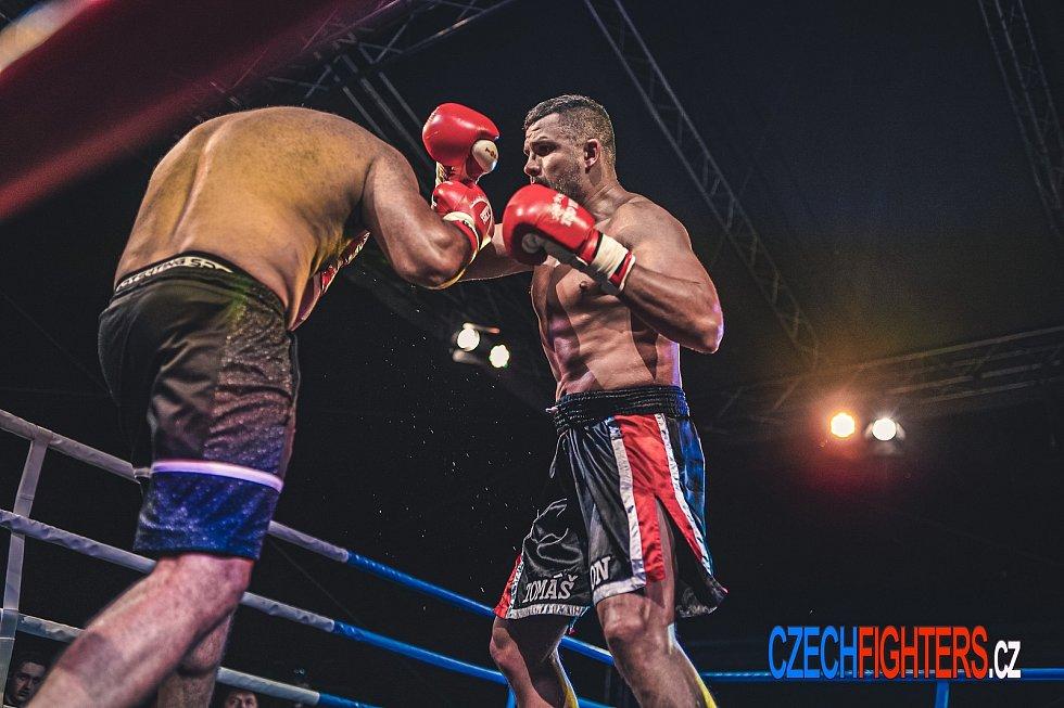 Brněnský thajboxer Tomáš Hron (černočervené trenky) ze Žlutých lázních zvítězil už pošesté.