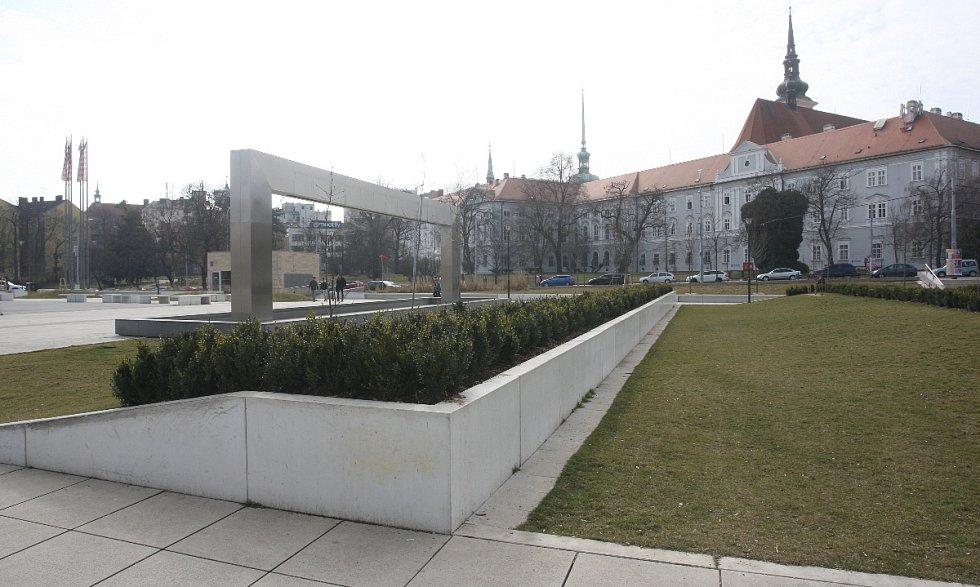 Návštěvníci parku před Janáčkovým divadlem jsou konečně v bezpečí. Alespoň podle stavebního zákona. Před případnými nebezpečným pády z šedesáticentimetrové výšky je ochrání keře vysázené na okrajích trávníků.