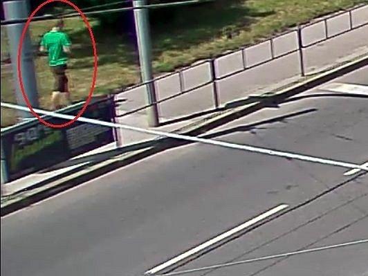 Zbabělým útokem se prezentoval minulé úterý neznámý muž, který přepadl třiaosmdesátiletou ženu poblíž Staré Osady. Seniorku okradl o kabelku, ve které měla věci za téměř jedenáct tisíc korun.
