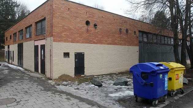 Obyvatelé sídliště kolem Plovdivské ulice se postavili proti stavbě bytového domu na místě bývalé výměníkové stanice. Žabovřeská radnice plánuje budovu získat a na místě dát prostor dětským kroužkům.