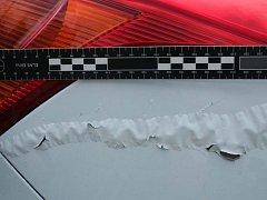Vandal stříkal na auta žíravinu. Svým jednáním způsobil majitelům jedenácti vozidel škodu za skoro dvě sta tisíc korun.