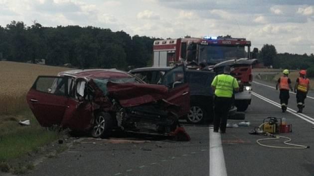Jedna žena nehodu nepřežila, dalších pět lidí skončilo v nemocnici. K vážné dopravní nehodě tří osobních aut došlo ve čtvrtek v půl čtvrté odpoledne na 29. kilometru silnice 52 nedaleko Pohořelic na Brněnsku.