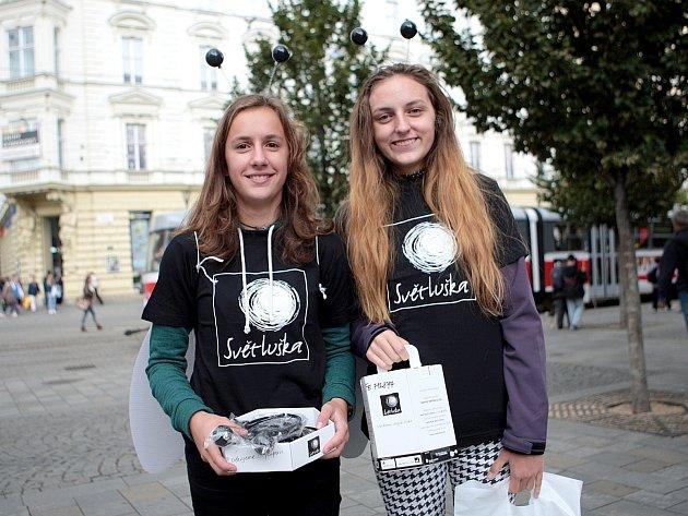 Ještě dva dny mohou lidé po celé jižní Moravě přispět na sbírku Světluška. Dvojice dobrovolníků v kostýmech s tykadly a krovkami prochází ulicemi a do zapečetěné kasičky vybírají na pomoc nevidomým nebo lidem s těžkým zrakovým postižením.