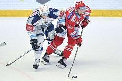 Hokejový útočník Vladimír Svačina (vpravo).
