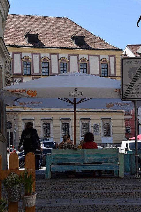 Někteří už v pondělí v centru Brna poseděli na zahrádce, přestože rozvolnění má přijít až v dalších dnech. Foto: Deník/Denisa Trnková
