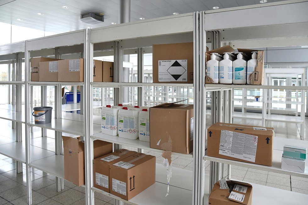 Navážení zdravotnického materiálu do provizorní nemocnice na brněnském výstavišti.