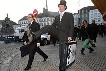 Centrem Brna v pondělí prošel průvod lidí v obleku, buřinkách a s kufříky. Podivnou chůzí oslavili Mezinárodní den švihlé chůze.