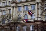 Na budově krajského úřadu na Žerotínově náměstí v Brně vyvěsili tibetskou vlajku.