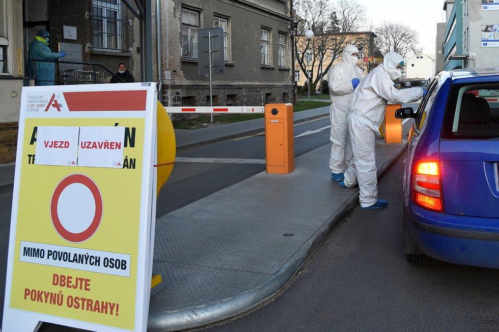 24.3.2020 - měření teploty při vjezdu do Fakultní nemocnice u sv. Anny v Brně.