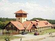 Přerostlá tráva a naprostý klid. Tak to nyní vypadá v areálu bývalé Farmy Bolka Polívky v Olšanech na Vyškovsku.