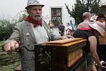 Hudebníci jako z osmnáctého století se v pondělí v Brně sešli na Mezinárodním setkání flašinetářů. Sedmý ročník události zahájili flašinetáři z osmi světových zemí na dvoře Paláce šlechtičen, za doprovodu vodičů marionet se pak koncert přesunul do ulic.