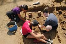 Odkryté habánské pohřebiště u Přibic, kam jezdí studenti antropologie z Masarykovy univerzity na praxi.