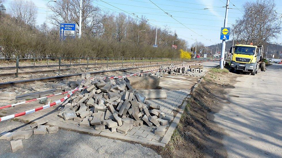 Místo havárie přivaděče Vírského vodovodu u tramvajové zastávky Kamenolom v Brně po třech dnech, 5. dubna 2021.