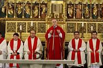 Brněnský biskup Vojtěch Cikrle promlouvá k věřícím při mši svaté v katedrále svatého Petra a Pavla.
