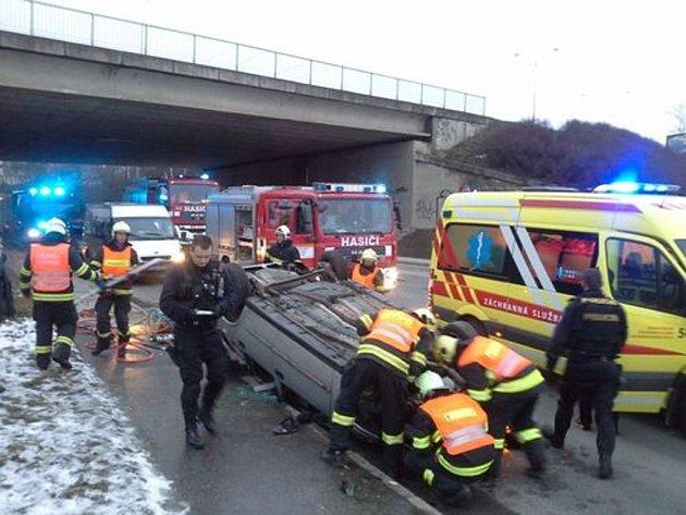 Auto spadlo z nadjezdu ulice Černovická na ulici Hájeckou v Brně-Černovicích.