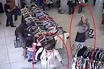 Zlodějky okrádají nakupující. Jdou po nehlídaných kabelkách.
