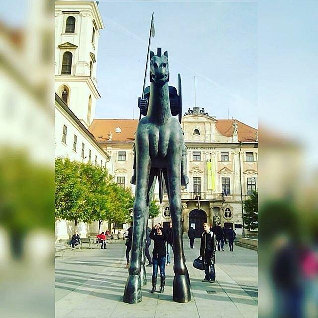 3.Téměř každý se podívá pod sochu, aby viděl úhel, ze kterého připomíná mužské genitálie. Lidé na internetu vytváří netradiční fotografie a fotomontáže sochy Odvahy znázorňující Jošta Lucemburského.