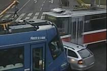 Řidič se snažil projet mezi šalinami, ty jeho auto slisovaly.