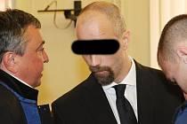 Zneužil bezbrannosti svého pětiletého syna a donutil ho, aby ho rukou sexuálně uspokojil, tvrdí obžaloba. Otce dítěte poslal ve středu brněnský krajský soud na pět a půl roku do vězení.