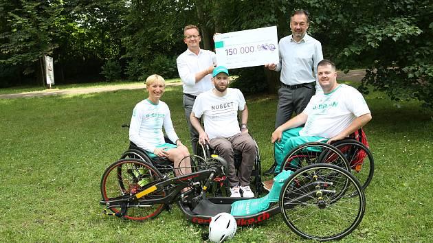 Ruční kolo neboli handbike předali handicapovanému sportovci Zdenkovi Obadalovi jeho kolegové sportovci a zástupci firmy B.Braun, která na kolo vybrala 150.000 korun v rámci svého charitativního projektu.