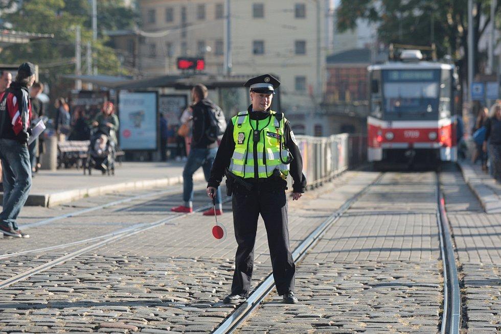 Den bez aut v Brně. Před hlavním nádražím auta ve čtvrtek neprojedou. Prostor je vyhrazený chodcům, cyklistům, tramvajím. Dopravu odklánějí strážníci.