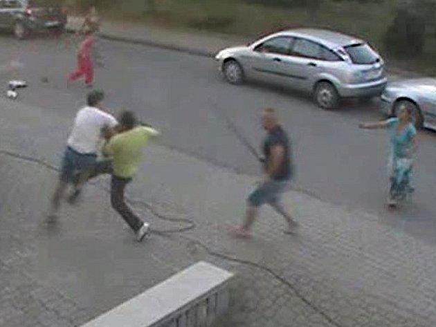 Záběr z kamery, který zachycuje, jak odsouzený mladík se svým otcem surově napadli muže v brněnských Tuřanech.