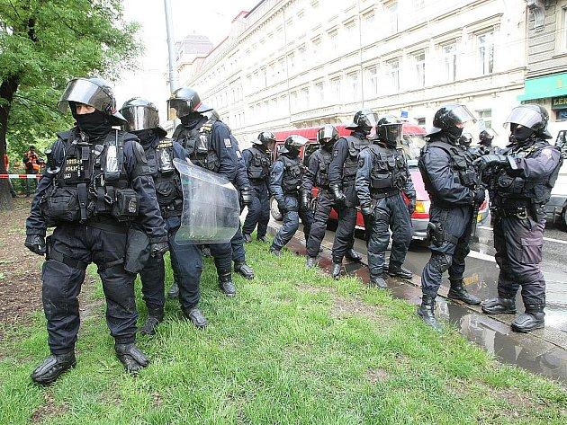 Odpůrci pochodu radikálů blokují brněnskou ulici Cejl.