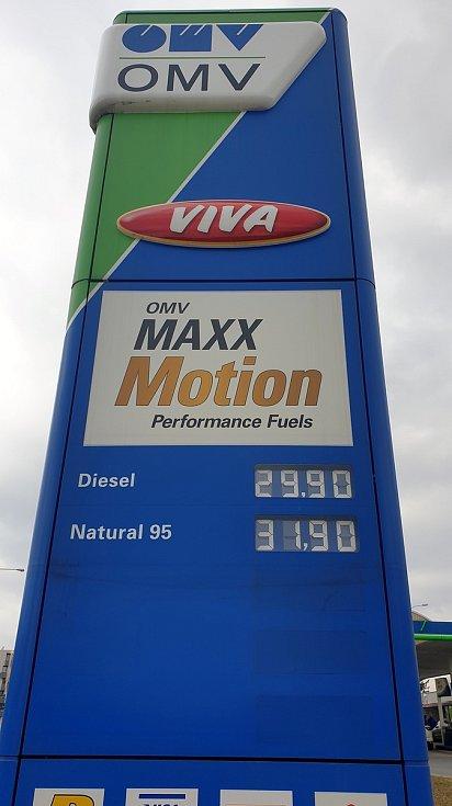 Ceny pohonných hmot na čerpací stanici OMV ve Sportovní ulici v brněnském Králově Poli, 23. března 2021.
