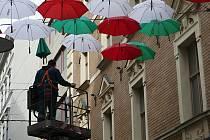 Zaměstnanci Technických sítí Brno první říjmovou středu odmontovali deštníky v České ulici.