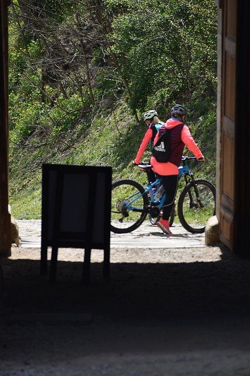 Autem, na motorce, na kole, pěšky nebo parníkem. Počasí je nádherné. Slunečné a přímo vybízí k výletu. Hrad Veveří nad Brněnskou přehradou měl v sobotu po více než půl roce otevřeno a přivítal první turisty.
