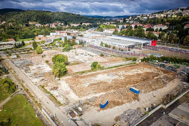 Za zhruba tři měsíce zbouraly stavební stroje 12 z 21 objektů určených k demolici kvůli výstavbě multifunkční haly na brněnském výstavišti.
