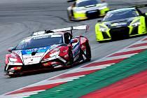 Má španělského inženýra, španělské mechaniky, české jezdce. A italské auto. Zajímavý mezinárodní mix funguje a brněnská závodní stáj Mičánek Motorsport vévodí domácímu šampionátu i středoevropskému zónovému mistrovství.