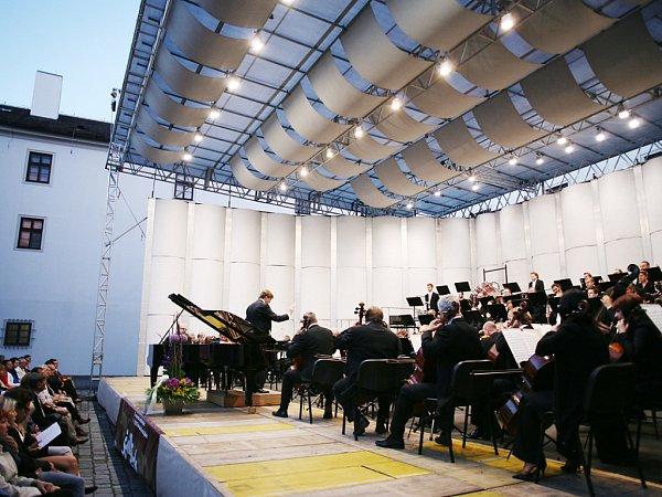 Filharmonie Brno předvedla interpretaci dvou hudebních světů – Gershwinova klavírního koncertu a Čajkovského páté symfonie.