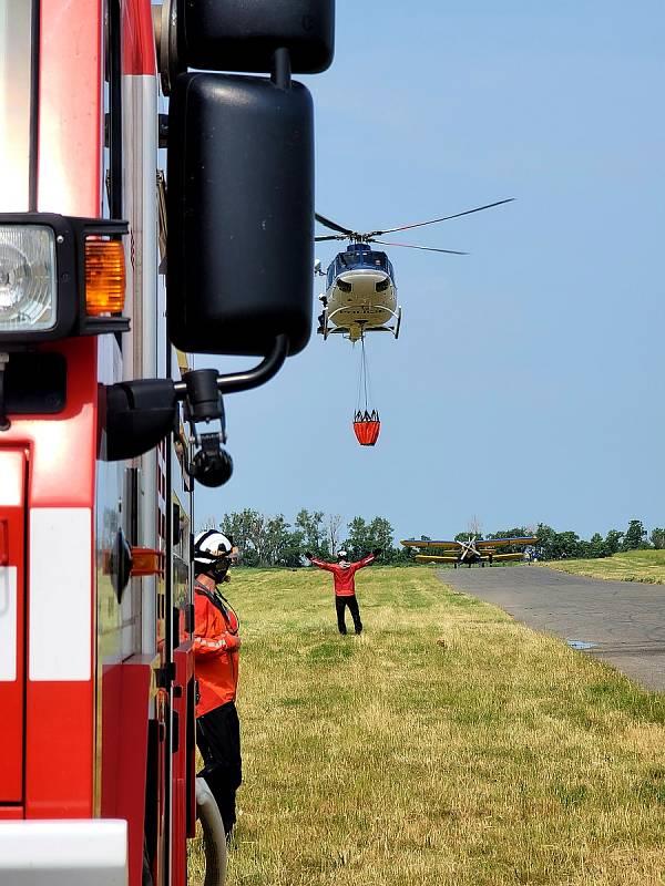 Profesionálni i dobrovolné hasičské jednotky z Jihomoravského kraje si procvičily své znalosti hašení požáru seshora za asistence letecké techniky.