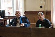 Robert Balász (vpravo) se u soudu zpovídá z těžkého ublížení na zdraví a výtržnictví.