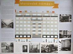 Dům Falkensteinerovy nadace na Moravském náměstí číslo 14 s informacemi o jeho historii.