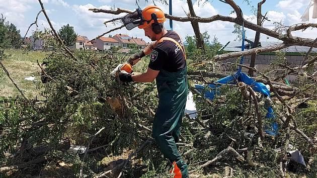 Brněnský strážník Daniel Hrubý pomáhal v Mikulčicích s odstraňováním škod po řádění tornáda.