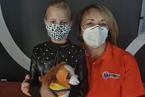 Svou maminku diabetičku zachránila osmiletá dívka. Na fotografii je s operátorkou Monikou.