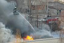 V areálu Zetoru dnes odpoledne vypukl požár.