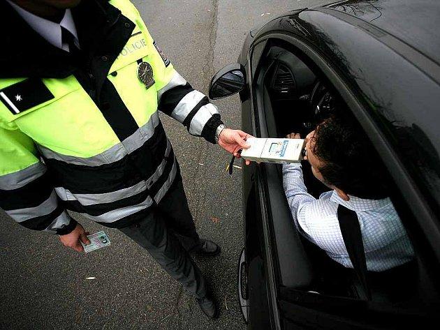 Teoretický test, kontrolu auta a řízení provozu na křižovatce. To všechno museli zvládnout policisté z celé České republiky, kteří se v pondělí zúčastnili finále soutěže dopravních policistů.