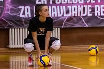 Extraligové volejbalistky týmu VK Šelmy Brno v hale Vizura Sports Center v Bělehradu absolvovaly s trenérem Ondřejem Boulou hrací trénink.